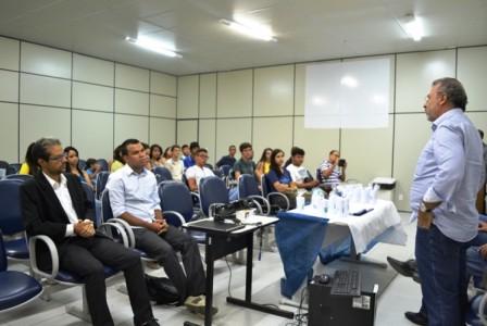 Estudantes no curso de inclusão digital