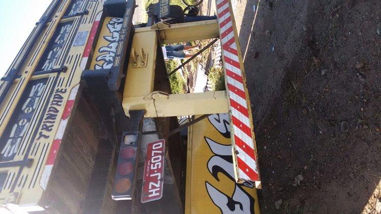 Caminhão vira BR 428 03...