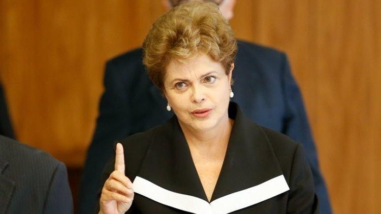 Dilma no-palacio-do-planalto-em-brasilia-df-nesta-1424435617187_956x500