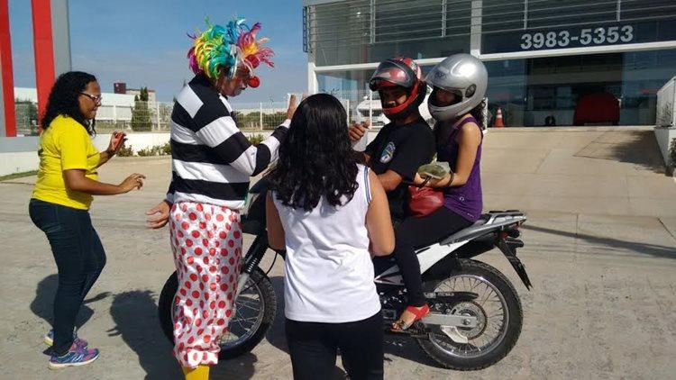 Os estudantes também puderam auxiliar nas dicas que eram repassadas aos condutores que eram parados na Avenida/Foto: AMMPLA