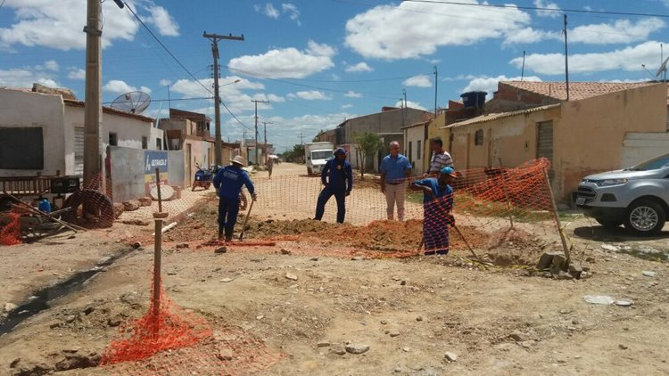 Equipes do SAAE trabalham na construção de redes condominiais