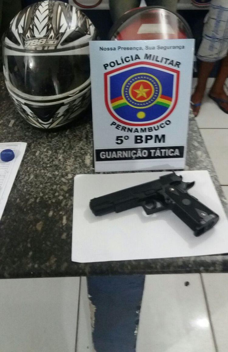 Homem que portava simulacro é suspeito de prática de assaltos/Foto: Polícia Militar