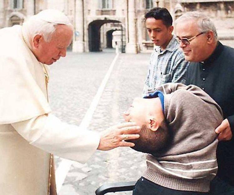 Cláudio Vieira em encontro com João Paulo II, em 2000/Foto: divulgação