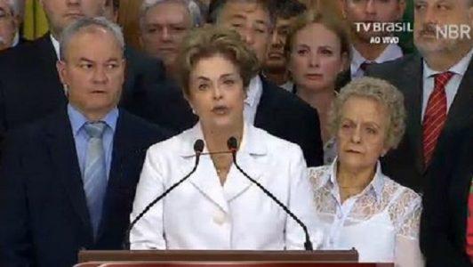 """""""Seus próprios erros [de Dilma], que até mesmo seus aliados consideram substanciais, contribuíram para sua queda. Mas o que é claro é que não foi só a carreira de Dilma que ruiu, mas o sistema democrático brasileiro como um todo"""", afirmou o The Guardian/Imagem internet"""