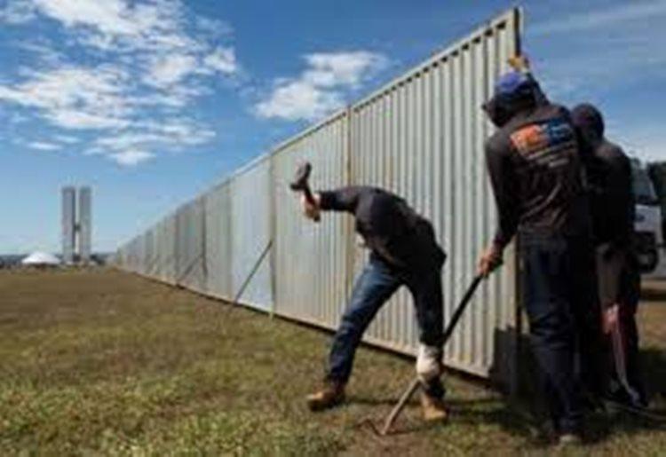 Com 80m de largura e 1km de comprimento, a volta da cerca coloca mais uma vez manifestantes da esquerda e da direita em lados opostos/Imagem:internet