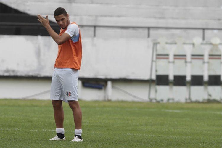 A lesão do zagueiro Néris foi confirmada. Segundo o jogador, ele sentiu um desconforto na coxa esquerda/Foto: Guga Matos