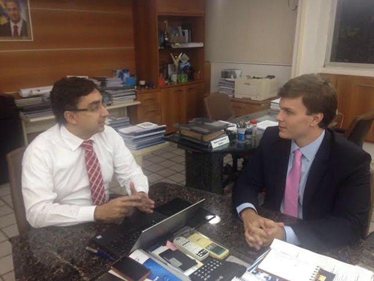 Segundo Miguel Coelho (à direita), presidente da Compesa garantiu que Petrolina é prioridade/Foto:Assessoria