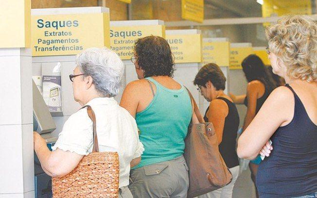 Antes de sacar o PIS, o trabalhador deverá verificar se o benefício não foi depositado diretamente na conta/Foto:Agência O DIA