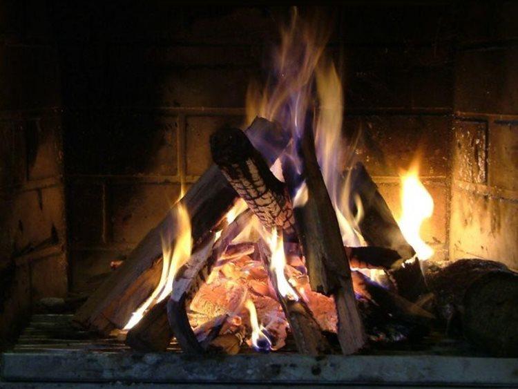 Não montar fogueira com chama muito alta, por conta do perigo das fagulhas que podem atingir as pessoas, rede elétrica e residências é uma das dicas de segurança/Foto: imagem ilustrativa