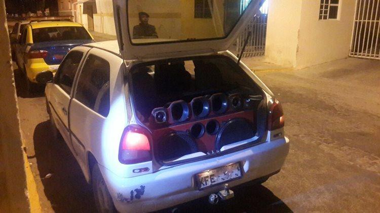 Um carro foi deslocado até a SEMAOP para retirada do som automotivo, o mesmo estava ligado a uma altura de 80 decibéis, quando o permitido é de 40/Foto: ASCOM