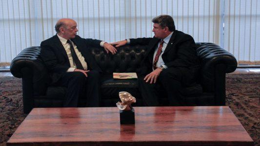 José Serra, na esquerda, em conversa com o deputado Guilherme Coelho, a direita. (Foto: ASCOM)