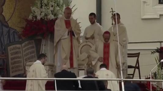 O Papa Francisco caiu durante uma missa na Polônia. (Foto: Reprodução/UOL)