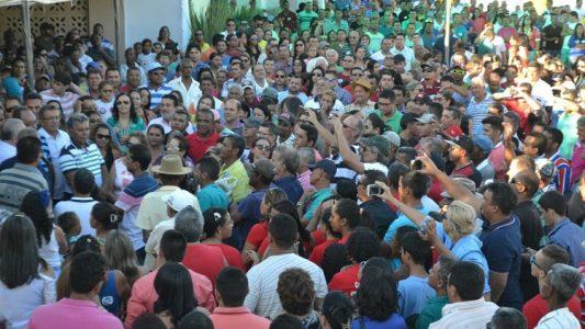 A convenção foi realizada com os portões fechados, mas  do lado de fora muitas pessoas estiveram presentes.