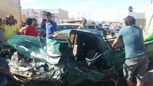 Carro ficou destruído. (Foto: Isa Mendes/ TV Grande Rio)