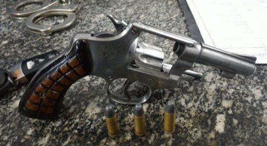 Com o rapaz foi encontrado em um revólver cal. 32 e três munições intactas. / Foto: Divulgação PMPE