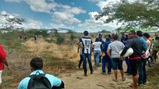Vários curiosos estiveram no local do crime. (Foto: Waldiney Filho/Blog Waldiney Passos)