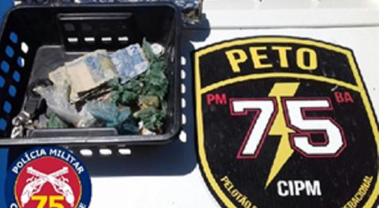 foram encontras 4 petecas de cocaína, 7 trouxas de maconha, material para embalar, 55 reais em notas de 2, 5 e 10 reais, 15 reais em moedas.