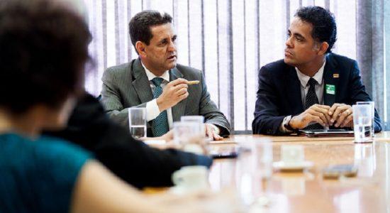 O reitor da Univasf, Julianeli Tolentino de Lima, assinou o Termo de Adesão com o secretário de Articulação Institucional e Cidadania Ambiental do MMA, Edson Duarte./ Foto: Assessoria Meio Ambiente