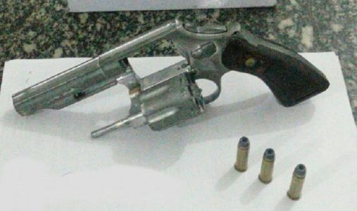 Arma foi arremessada em quintal de residência./ Foto: Divulgação PMPE