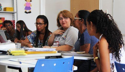 o programa além de contribuir com a redução do índice de analfabetismo na Bahia, possibilita a inserção de jovens, adultos e idosos na educação formal