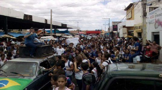 Estudantes protestam na cidade de Casa Nova (BA).