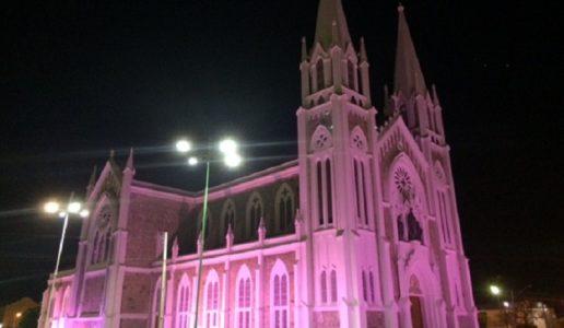 Em Petrolina, estão iluminados os prédios da Prefeitura e os monumentos da Integração  e da Bíblia, Alem da catedral e do cruzeiro./ Foto: divulgação