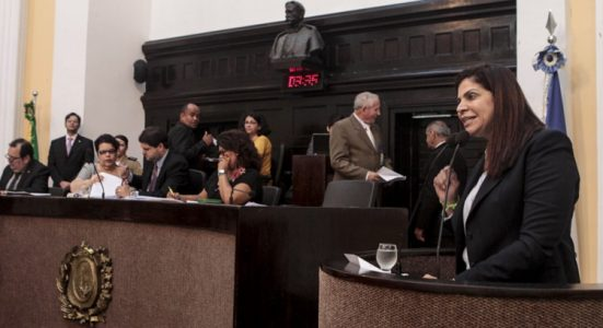 Na tribuna, parlamentar relatou atrasos no pagamento de salários, de benefícios previdenciários e demissões. (Foto: Henrique Genecy)