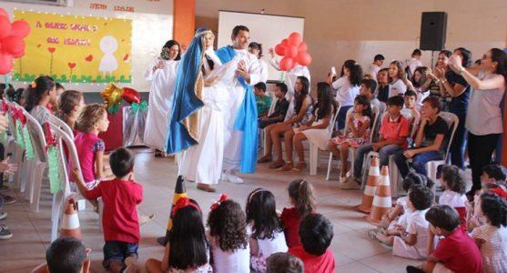 Contracenando com os professores, os pequenos atores do colégio mostraram um Auto de Natal (Foto: divulgação)