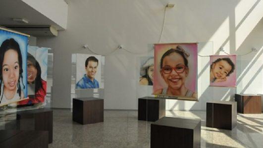 Serão expostas 20 obras, produzidas a partir da técnica de aerografia sobre tecido, pintadas exclusivamente para a exposição. (Foto: divulgação)